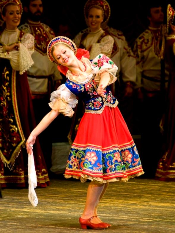 Традиционный русский народный танец в исполнении Омского государственного ансамбля русской народной песни и танца